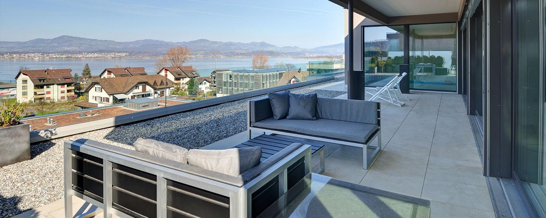 Terrasse avec baies vitrées et vue sur le lac
