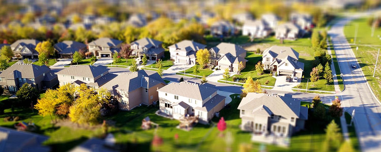 photographie d'un voisinage résidentiel vu du ciel avec effets de floutage en haut et en bas