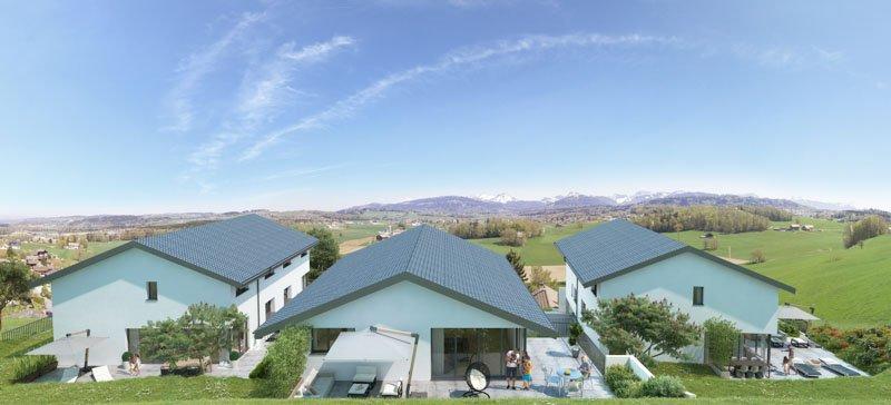 Vue sur trois villas avec terasse sur chacune et parasols rectangulaires ouverts, paysage montagneux en fond