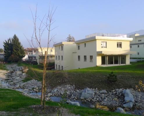 Quartier d'immeubles avec verdure et cours d'eau