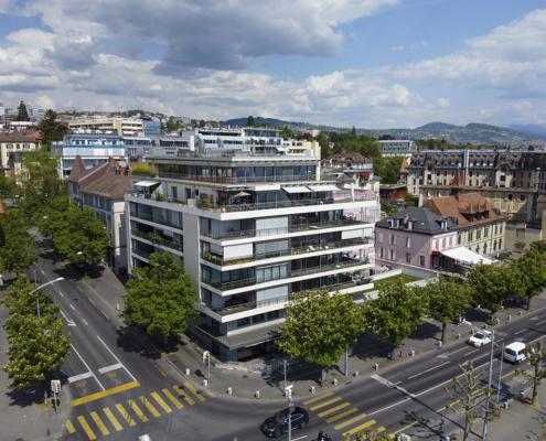 Quartier d'immeuble du bord du lac de Lausanne avec végétation